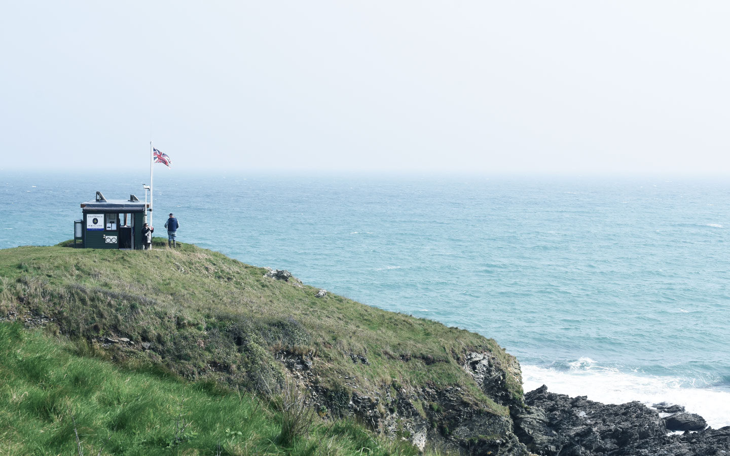look out hut overlooking sea at rosevine in cornwall